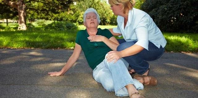 ayudar a un anciano caído