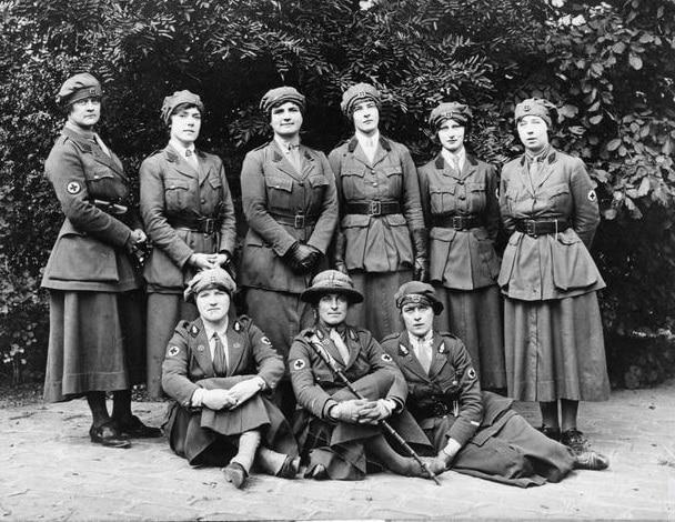 mujeres especialistas en primeros auxilios en guerra mundial